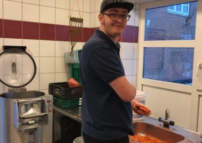 Mathias skræller gulerødder